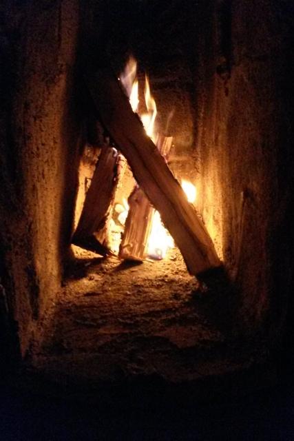 Såhär ser eldstaden i en riktigt gammal kakelugn ut.