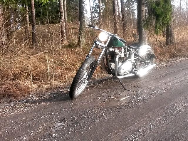 En Triumph bobber rullar ut på vägarna en lerig dag i januari