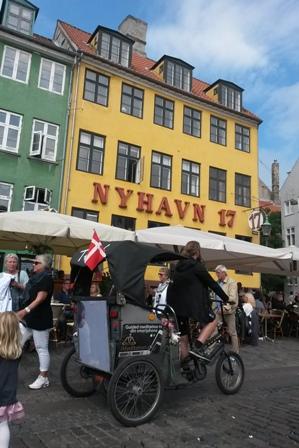 Theis rggar kunder med sin lådcykel i Nyhavn. I turen ingår även en CD med meditationsövningar.